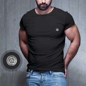 Camiseta Preta com pingente em Metal