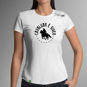 Camiseta Branca Frases: Cavalgar é... do Clube do Cavalo