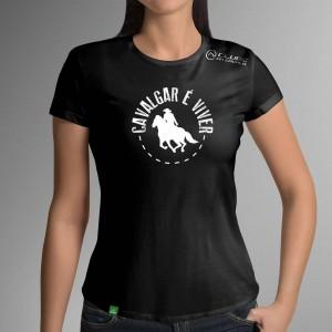 Camiseta Preta Frases: Cavalgar é... do Clube do Cavalo