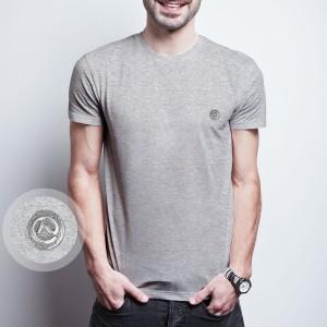 Camiseta cinza com pingente em metal do Clube do Cavalo