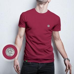 Camiseta vinho com pingente em metal do Clube do Cavalo