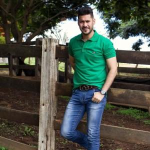 Camisa Polo Verde com Pingente em Metal