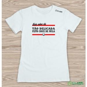 Camiseta Feminina Tão delicada feito coice de mula - Branca