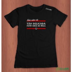 Camiseta Feminina Tão delicada feito coice de mula - Preta