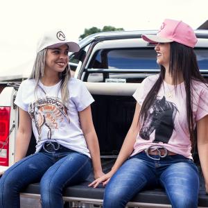 Camiseta Branca Feminina estampa Arte com detalhes Clube do Cavalo