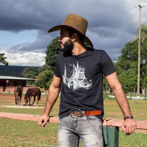 Camiseta Preta estampa Bota com detalhes Clube do Cavalo